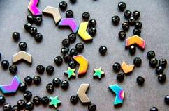 五颜六色,在灰色背景隔绝的黑头粉刺和石头 免版税库存图片