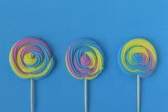 五颜六色,手工制造漩涡棒棒糖创造性的看法在夏天col的 免版税库存照片