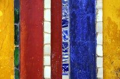 五颜六色,老被绘的墙壁背景/纹理与玻璃细节 免版税库存照片