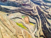 五颜六色,露天开采矿矿鸟瞰图  免版税库存图片