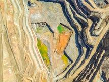 五颜六色,露天开采矿矿鸟瞰图  库存照片