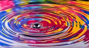 五颜六色水下落关闭为背景,纹理, mo 库存图片