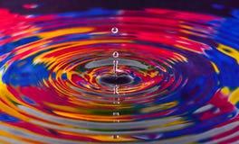 五颜六色水下落关闭为背景,纹理, mo 库存照片
