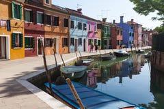 五颜六色Burano的,威尼斯,意大利被绘的房子 免版税库存图片
