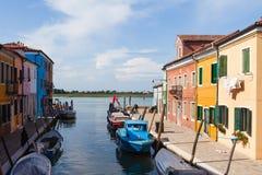 五颜六色Burano的,威尼斯,意大利被绘的房子 库存图片
