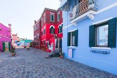 五颜六色Burano的,威尼斯,意大利被绘的房子 库存照片