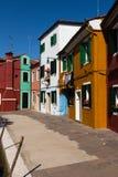 五颜六色Burano的,威尼斯,意大利被绘的房子 免版税库存照片