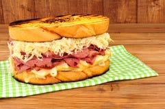 五香熏牛肉在木背景的Reuben三明治 免版税库存图片