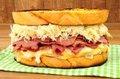 五香熏牛肉在木背景的Reuben三明治 免版税图库摄影