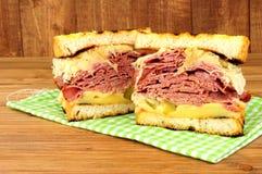 五香熏牛肉在木背景的Reuben三明治 免版税库存照片