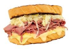 五香熏牛肉在白色背景隔绝的Reuben三明治 免版税库存图片