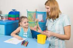 五年孩子在铅笔妈妈的技巧投入了手指 免版税库存照片