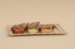 五samosas用在一个银色盛肉盘的调味汁 免版税库存图片