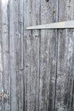 井变老了木板条-与铰链的门 库存照片