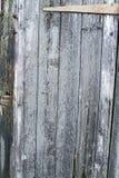 井变老了木板条-与铰链的门 免版税图库摄影