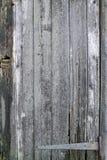 井变老了木板条-与铰链的门 库存图片