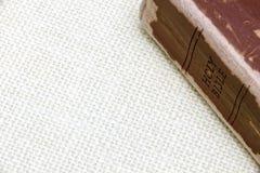 井在简单的粗麻布背景爱并且读了皮革圣经 库存照片