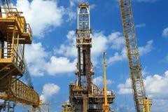 井架嫩钻抽油装置(驳船抽油装置) 免版税库存图片