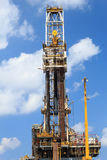 井架嫩钻抽油装置(驳船抽油装置) 免版税库存照片