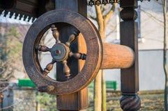 水井老摩尔达维亚与滑轮和桶 免版税库存图片