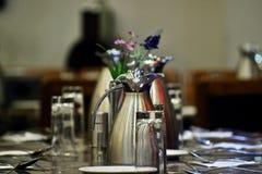 井装饰了与匙子储蓄照片的dinning的桌 免版税库存图片