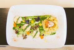 井装饰了白色板材用从餐馆的豪华食物 免版税库存图片