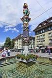水井读地图的游人在,伯尔尼,瑞士 免版税库存图片