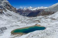 亚丁自然保护的鲜绿色湖 库存图片