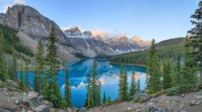 亚伯大banff加拿大湖找出路易丝冰碛国家最近的公园 免版税库存图片