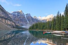 亚伯大banff加拿大湖找出路易丝冰碛国家最近的公园 免版税图库摄影