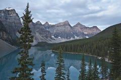 亚伯大banff湖冰碛国家公园 免版税库存照片