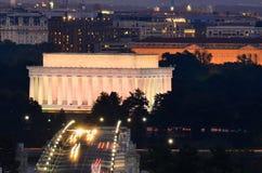 亚伯拉罕・林肯纪念品和阿灵顿纪念桥梁在晚上-华盛顿特区,美国 库存图片