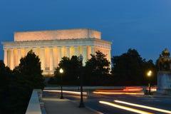 亚伯拉罕・林肯纪念品和阿灵顿纪念桥梁在晚上-华盛顿特区,美国 图库摄影