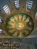 亚利安语系的洗礼池的装饰在拉韦纳 库存照片