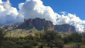 亚利桑那与蓬松白色云彩的沙漠风景 影视素材