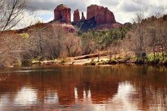 亚利桑那峡谷大教堂小河橡木岩石sedona 库存图片