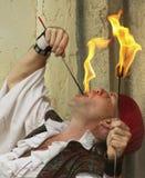 亚利桑那新生节日的一个吞火者 免版税库存图片