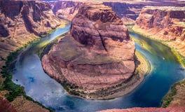 亚利桑那的美丽如画的岩石 科罗拉多河和葛伦峡谷 美好的风景全景 免版税图库摄影