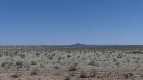 亚利桑那,大峡谷,一座孤立山的A视图在看的距离的从火车的窗口 影视素材