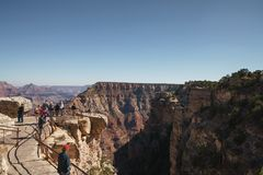 亚利桑那,美国-大约2017年11月:大峡谷旅游参观的南外缘在晴朗的秋天天 库存图片