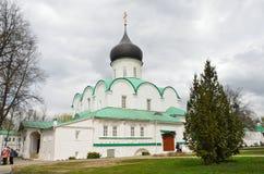 亚历克萨尼昂,俄罗斯,场面5月, 02,2014,俄国:走在Troitsky大教堂附近的人们在Aleksandrovskaya Sloboda 免版税库存图片