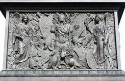 亚历山大专栏的垫座在宫殿正方形的 库存图片