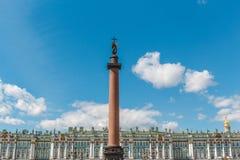 亚历山大专栏-在帝国样式的一座纪念碑,在宫殿正方形的中心,埃尔米塔日博物馆在一个晴天 库存照片
