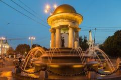 亚历山大和娜塔莉圆形建筑的喷泉在晚上 库存图片