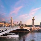 亚历山大桥梁在日落的巴黎 库存照片