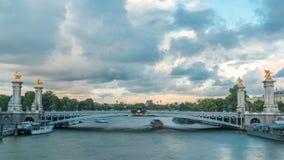 亚历山大桥梁跨过河塞纳河timelapse的III 巴黎 法国 股票视频