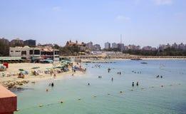亚历山大,埃及- 2015年7月15日:海滩的人们 免版税库存图片
