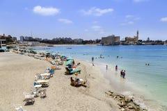 亚历山大,埃及- 2015年7月15日:海滩的人们 库存图片
