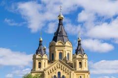 亚历山大・涅夫斯基寺庙的上部,天空背景的与云彩的在一个晴天 库存照片