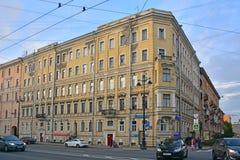 亚历山大・涅夫斯基拉夫拉前有益的房子涅夫斯基大道的在圣彼得堡,俄罗斯 免版税库存照片